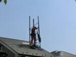 屋根を貫通しているアンテナタワー:千葉県佐倉市